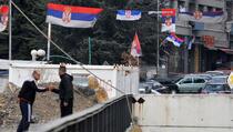 Kosovske zastave s jedne, srbijanske s druge strane Ibra