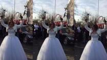 Mlada puca na svadbi iz dva pištolja (VIDEO)