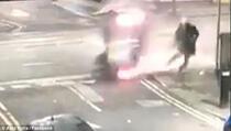 Auto se prevrnuo i zamalo usmrtio pješaka (VIDEO)
