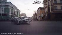 Šta se dešava kada se previdi crveno svjetlo na semaforu (VIDEO)