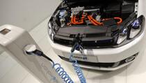 Više od 40 posto Amerikanaca misli da električnim automobilima treba benzin