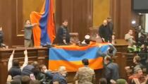 U Jerevanu demonstranti upali u institucije, pretučen predsjednik parlamenta