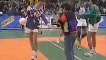 Maradona je fudbalsko znanje odlično demonstrirao i na odbojkaškom terenu