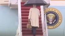 Biden se ponovo okliznuo na stepenicama, ovoga puta uspio se održati na nogama