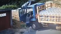 Drama: Kamion pun plinskih boca klizio prema kući...