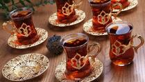 Konobar podigao više od deset šoljica vrućeg čaja u jednoj ruci