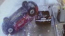 Vozač uletio na benzinsku i završio na krovu, nesreća snimljena iz više uglova