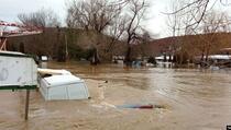 Poplavljeni putevi, neka mjesta bez vode za piće