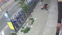 Uznemirujuć snimak: Muškarac pratio ženu, bacio je na pod pa je napao