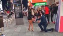 Zaprosio djevojku na sred ulice, a njen potez niko nije očekivao