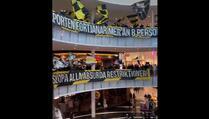 Navijači u Švedskoj iz šoping centra bodrili svoj klub jer ih na stadion može samo osam