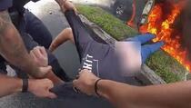 Policajci spasili čovjeka iz gorućeg auta, pogledajte dramatičnu snimku