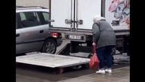 Oduševio mnoge: Pogledajte kako je vozač kamiona pomogao starijoj gospođi