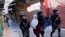 Napad na palestinsku novinarku: Tukli je i svukli maramu s glave