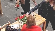 Kakva prosidba: Dok je sjedila u kafiću, prolaznici su joj ostavljali ruže, a onda...