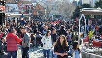 Uprkos širenju koronavirusa, ulice u Prizrenu pune građana