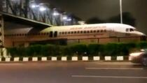 Avion zaglavio ispod mosta u Indiji