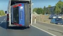 Na Balkanu je sve moguće: Ugurao automobil u kombi