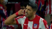 Suarez nakon što je postigao drugi gol Barceloni gestikulirao Koemanu