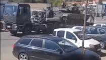 Srpska vojska se sa tenkovima, oklopnim vozilima i teškim naoružanjem uputila ka Jarinju