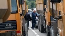 Policija: Blokade na sjeveru pojačane šljunkom