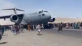 """Stanovnici Kabula se """"kače"""" na avione, kruži snimak na kojem dvojica padaju s visine"""
