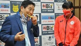 Japanska olimpijka dobija drugu medalju nakon što je prvu zagrizao gradonačelnik Nagoye