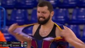 """Košarkašu došla """"žuta minuta"""": Tokom utakmice pocijepao svoj dres"""