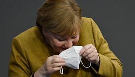 Hit na internetu: Pogledajte reakciju Merkel kad je shvatila da je zaboravila masku