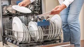 Evo zašto ne trebate ispirati suđe prije pranja u mašini