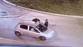 Bahati vozač umalo ubio policajca vukući ga po asfaltu