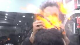 Frizer 'zaludio' internet novim tehnikama: Zapali kosu, a onda uzme sjekiru
