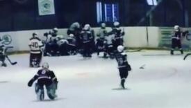 Masovna tuča na hokejaškom terenu, svi su 10-godišnjaci