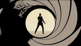Leže u krevetu, gledaju Jamesa Bonda i za to im plate