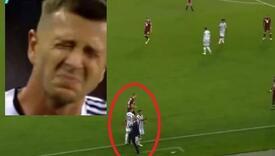 Allegri nogom udario igrača Juventusa u zadnjicu, njegova bolna grimasa privukla pažnju