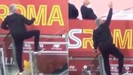 """Pogledajte kako se Mourinho ponašao i """"pomagao"""" svojim igračima nakon isključenja"""