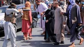 Fotografija obišla svijet: Taliban uperio pušku u ženu, ona mirno gledala u cijev