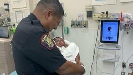 Policajac uhvatio bebu bačenu sa balkona i postao heroj grada
