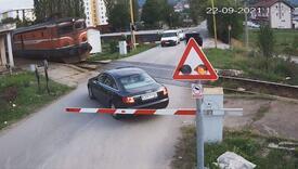 Nesavjesni vozač: Pokušao preći preko pruge pa ostao 'zarobljen' između rampi