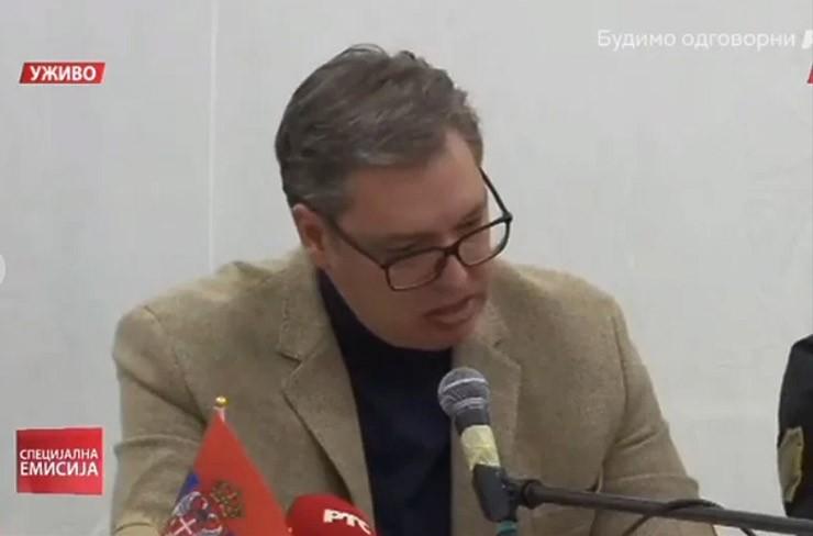 Aleksandar Vučić grize usne